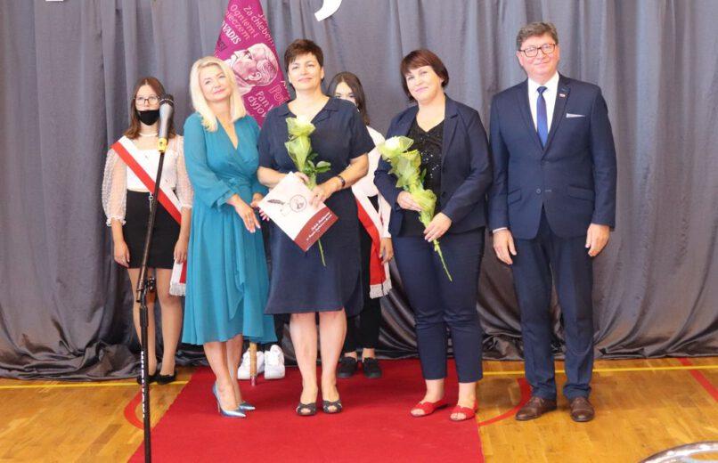 Zdjęcie wykonane na inauguracji roku szkolnego 2021/2022. Na apelu stoi wójt gminy Jerzmanowa, pani dyrektor i wicedyrektor, pani społeczny dyrektor szkoły, w tle również poczet sztandarowy..