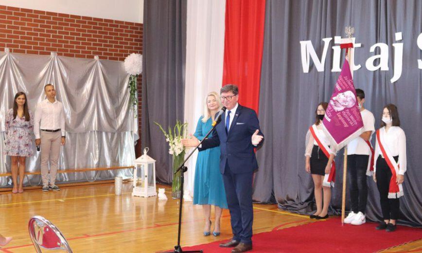 Zdjęcie wykonane na inauguracji roku szkolnego 2021/2022. Na apelu stoi wójt gminy Jerzmanowa, dyrektor szkoły oraz poczet sztandarowy.