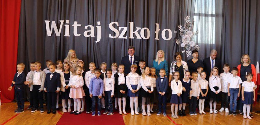 Zdjęcie wykonane na inauguracji roku szkolnego 2021/2022. Na apelu stoi wójt gminy Jerzmanowa, przewodniczący rady gminy Jerzmanowa, dyrektor szkoły, wychowawczynie klas pierwszych oraz pierwszoklasiści.